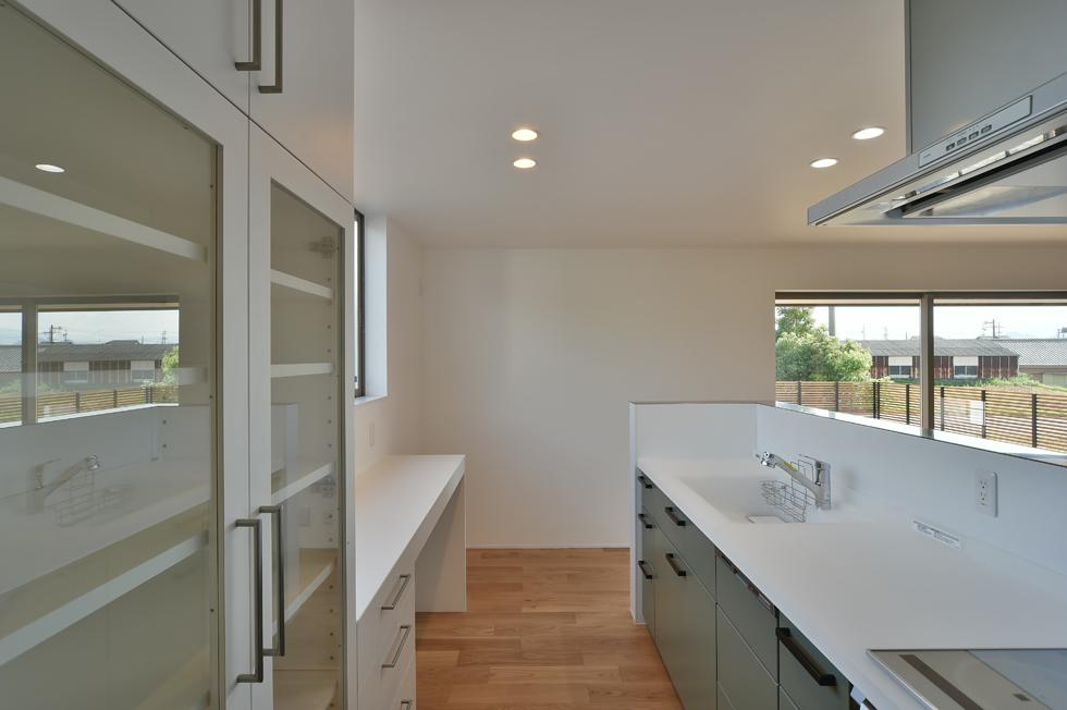 建築家の家_パントリーのあるキッチン