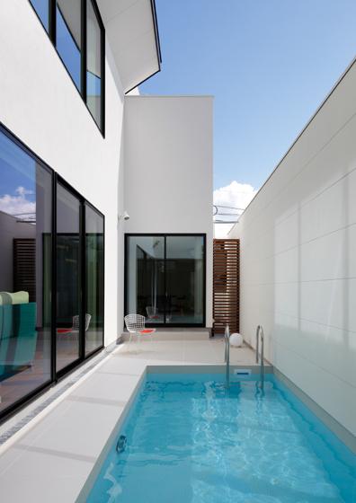 プールのあるコートハウス,中庭のある白い家