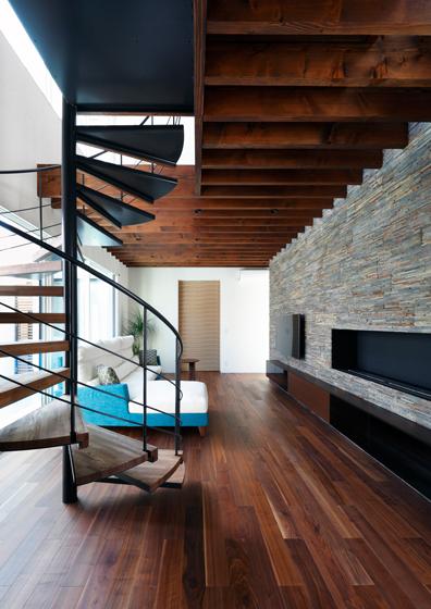 螺旋階段と石貼りのリビング,暖炉のある空間