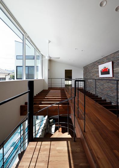 木ルーバーと石貼りのギャラリー,螺旋階段