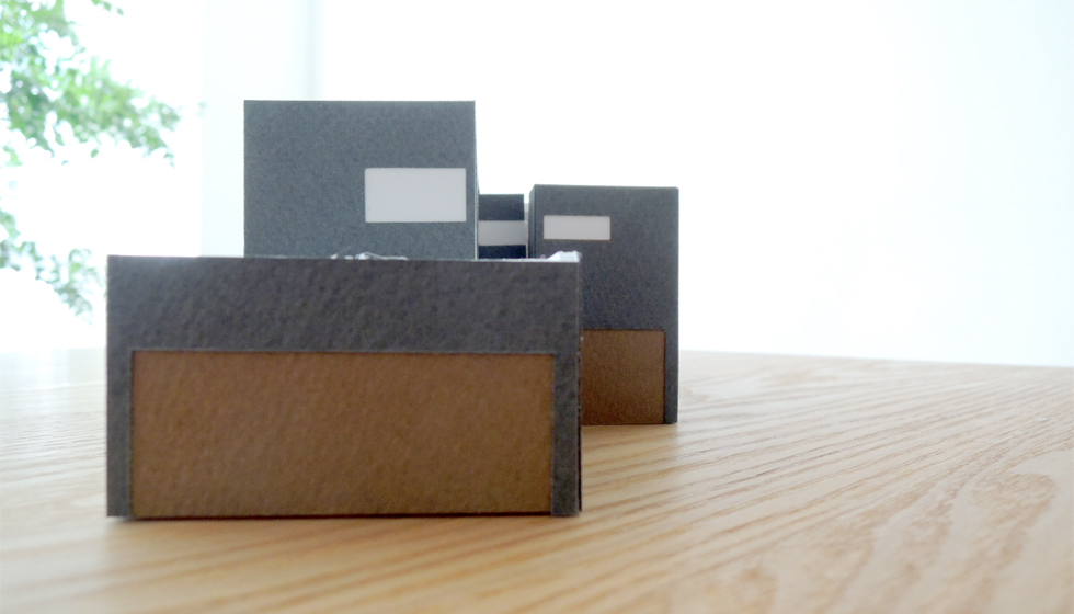 ブラックグレーの箱形外観
