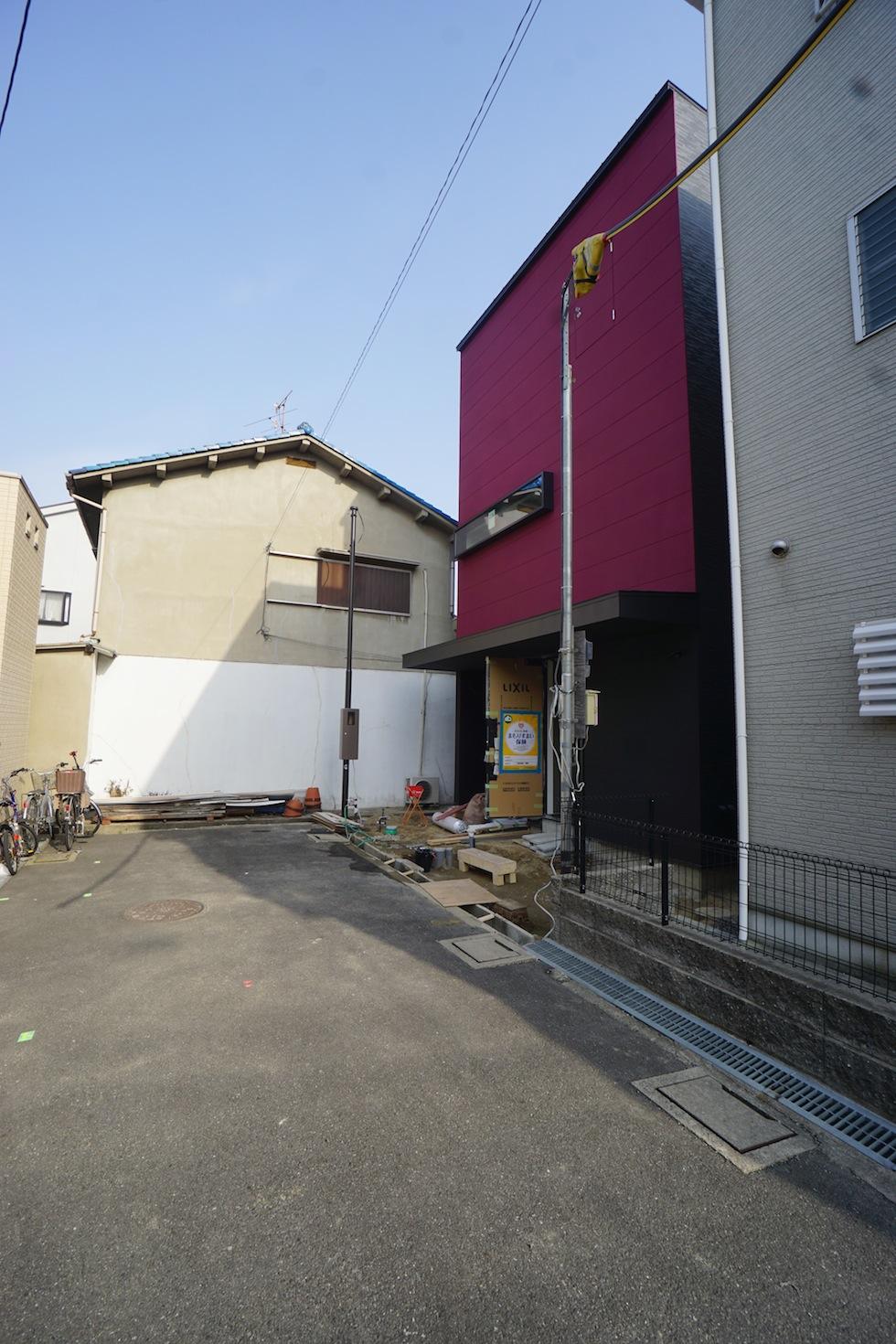 高級注文住宅,設計事務所,建築家,デザイン,大阪,京都,神戸,3階建て住宅,リビング,吹き抜け,赤い外壁