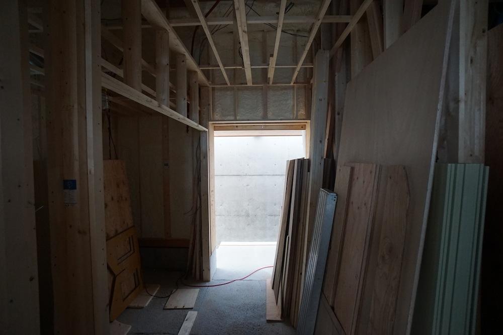 天井板,デザイン,建築家,北摂,豊中,吹田,高級注文住宅設計,サッカーグラウンドのある家,コートハウス,エントランス,玄関ドア