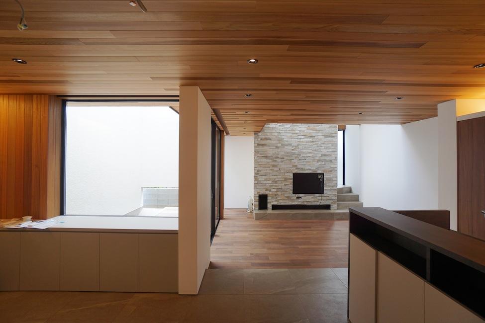 建築家,大阪,豊中,北摂,高級注文住宅設計,コートハウス,中庭,水盤,ラグジュアリー,リビング