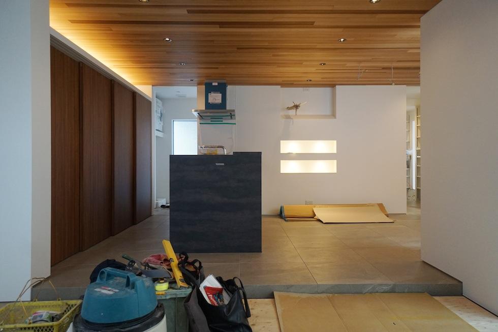 建築家,高級注文住宅設計,大阪,北摂,豊中,中庭の家,コートハウス,リゾート,水盤,ラグジュアリー,石の壁,段差リビング,グレージュ,外壁,キッチンバック収納