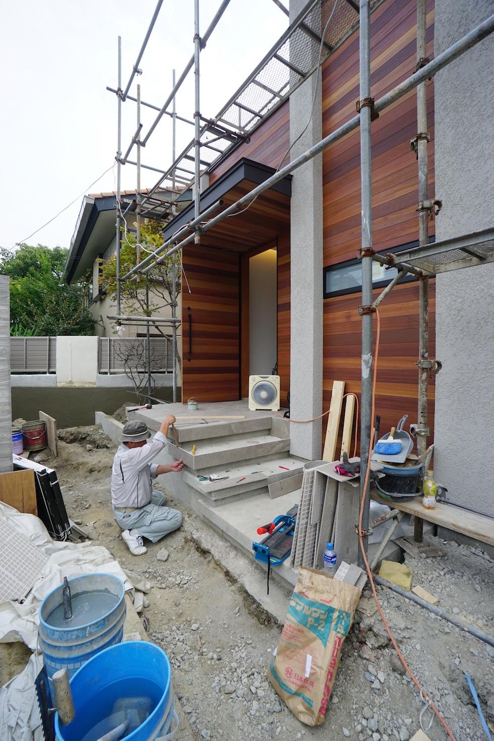 建築家,高級注文住宅設計,大阪,北摂,豊中,中庭の家,コートハウス,リゾート,水盤,ラグジュアリー,石の壁,段差リビング,グレージュ,外壁板貼り